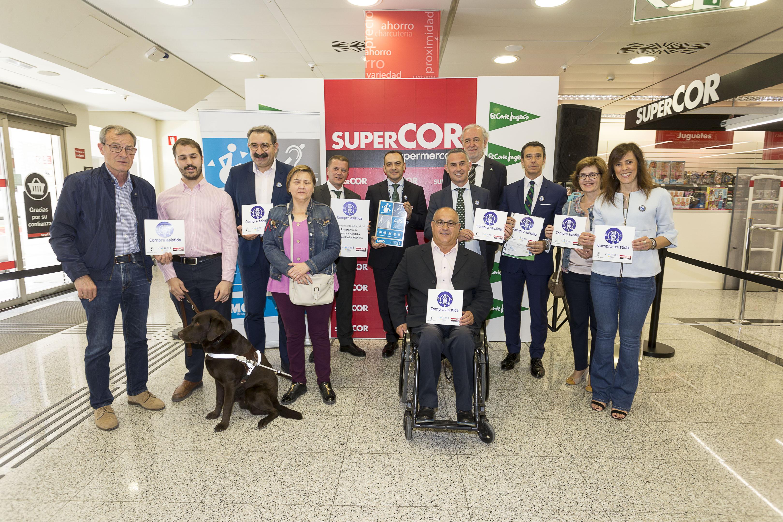 Imagen de grupo tras el evento de entrega de placa