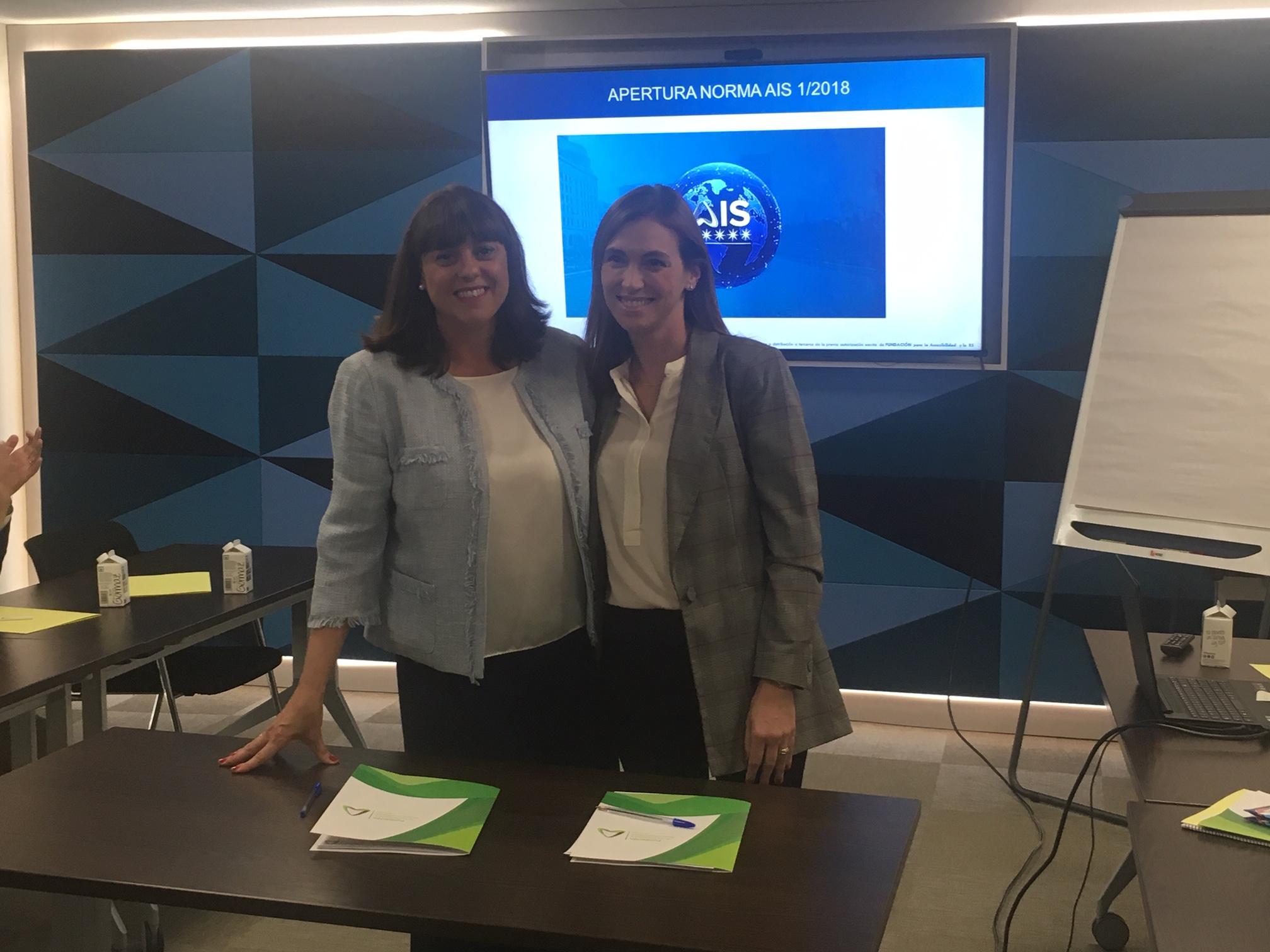 Esther Bienes y Gálata Llano, tras la firma del convenio