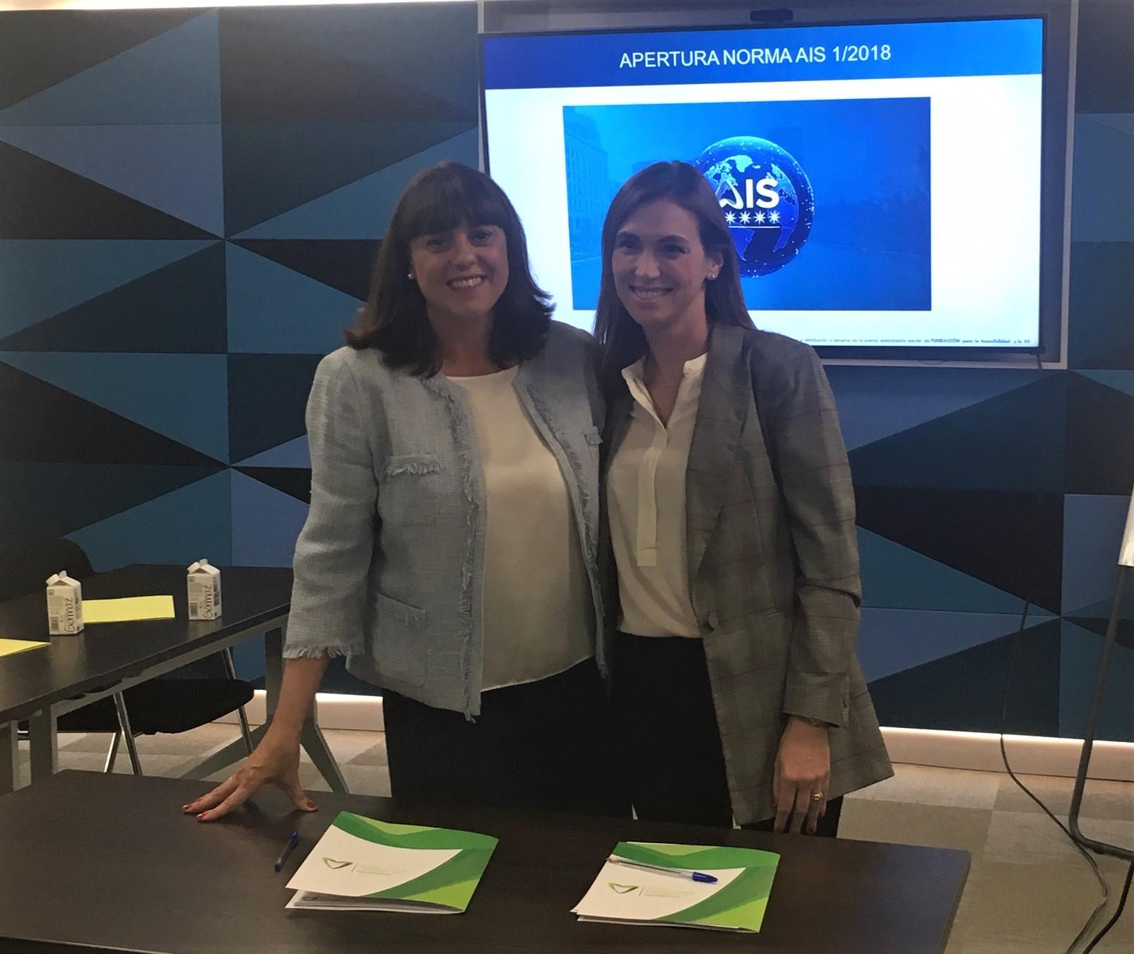 Esther Bienes y Gálata Llano, tras la firma del acuerdo de la certificación de accesibilidad AIS con SafeCity