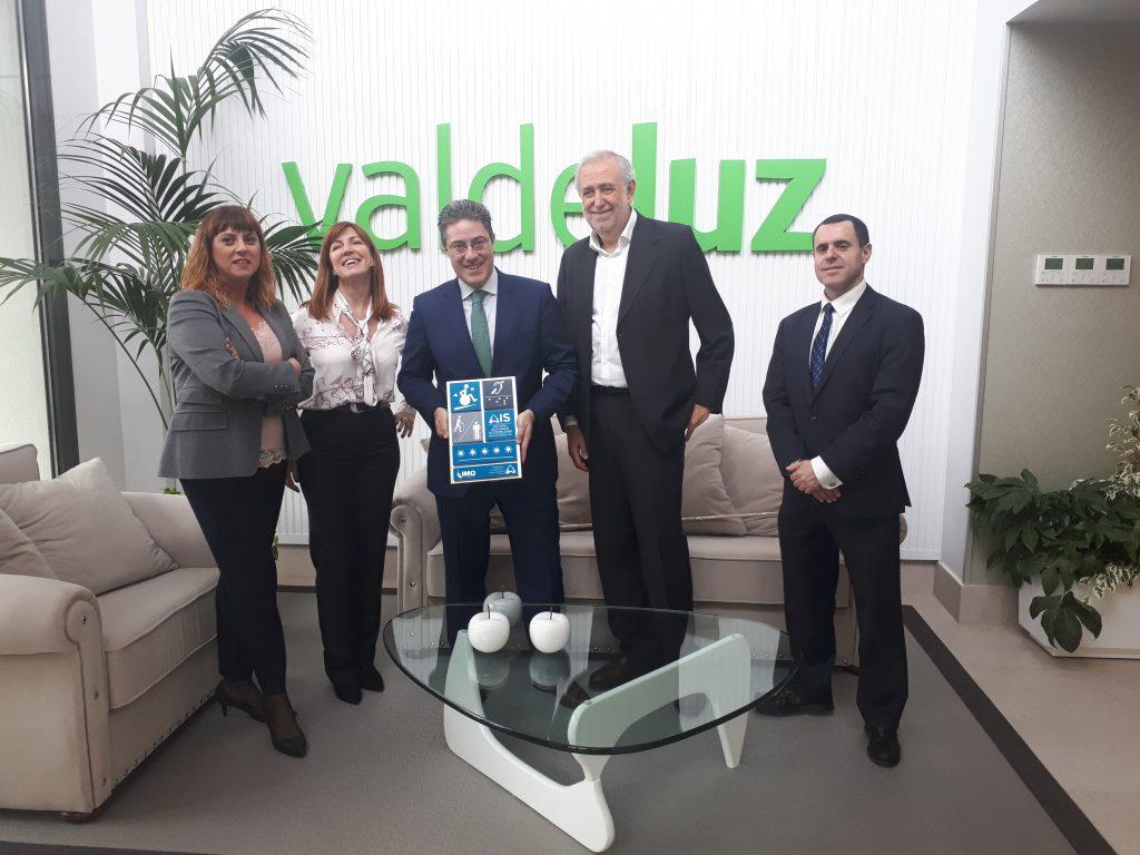 Foto de grupo en Valdeluz Leganés con la placa AIS 5 Estrellas