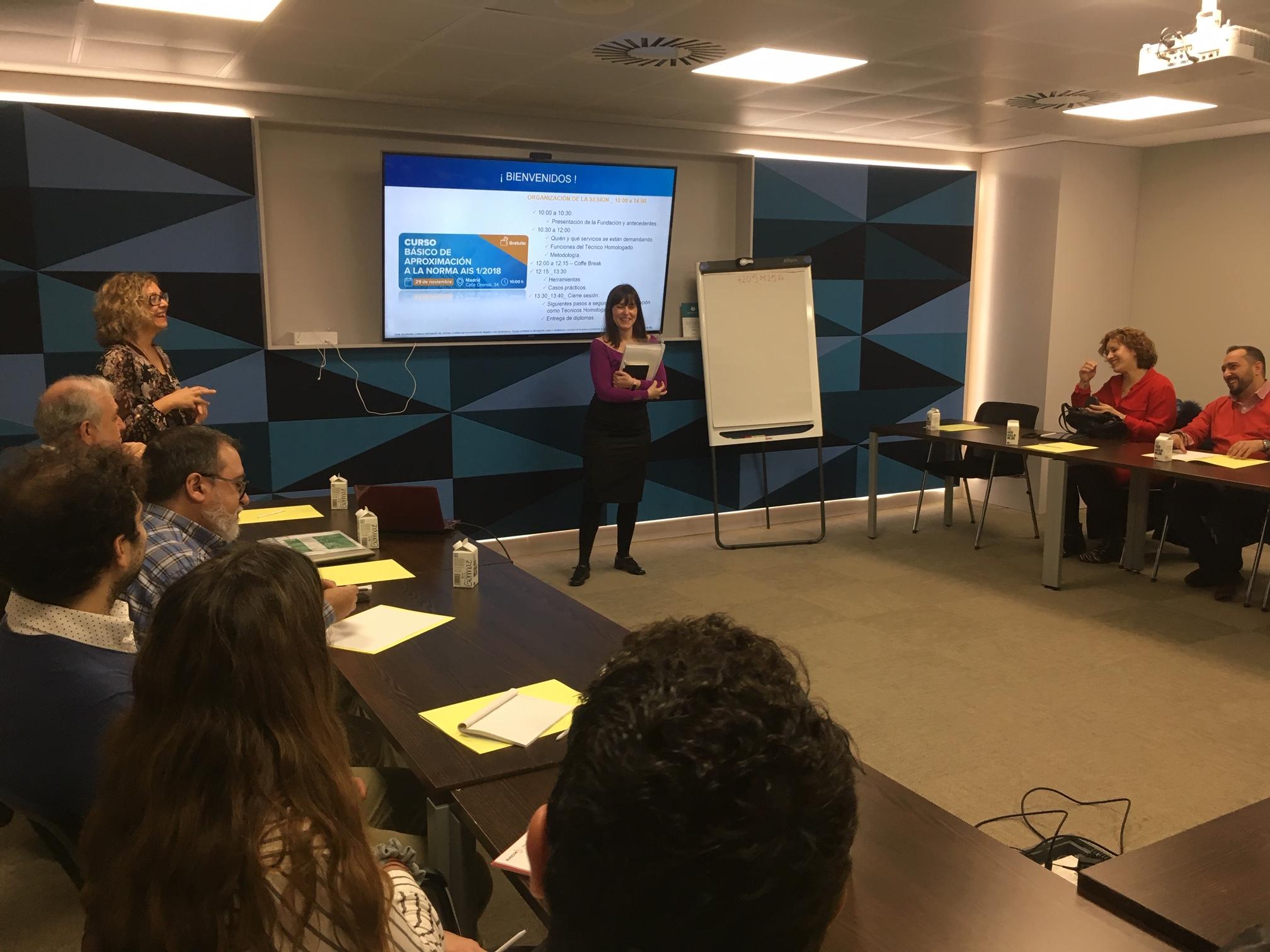 Cristina Pezonaga presenta el curso de pie frente a los aistentes