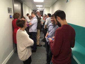 Los participantes interactúan en grupos