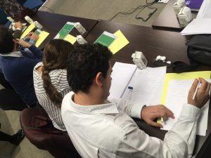Participantes toman notas durante la parte teórica