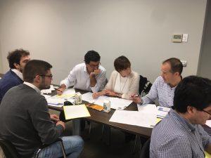 Los participantes trabajan en grupo el caso práctico