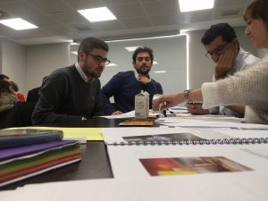 Un grupo de participantes trabajan con los planos