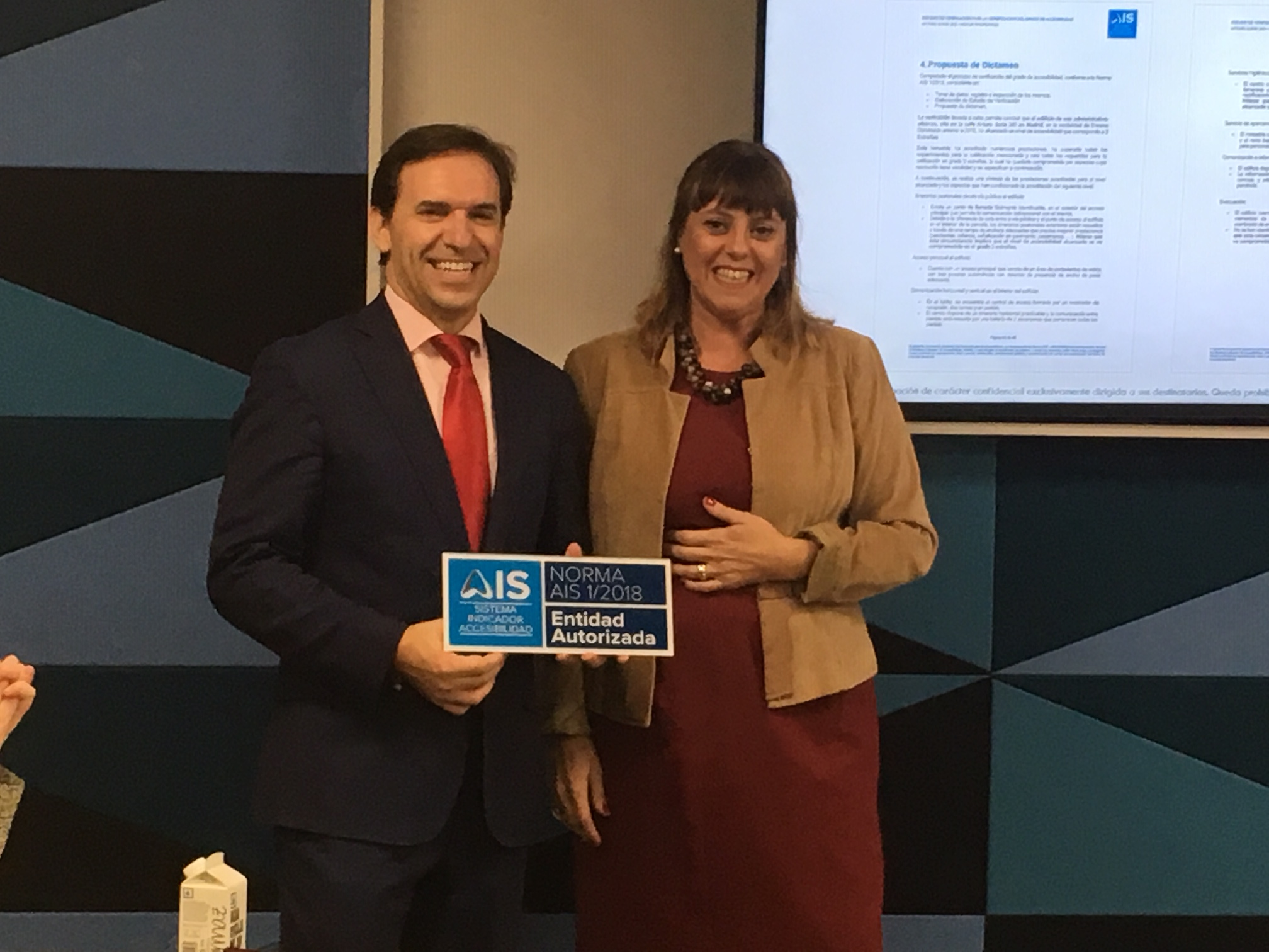 Esther Bienes entrega la placa de Entidad Autorizada a Ignacio Torres a