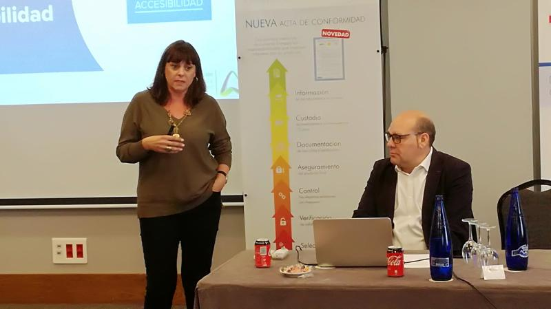 Esther Bienes Pinedo durante una ponencia