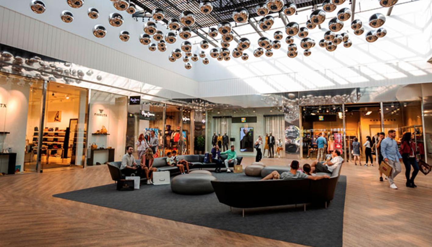 Fotografía del interior de un centro comercial