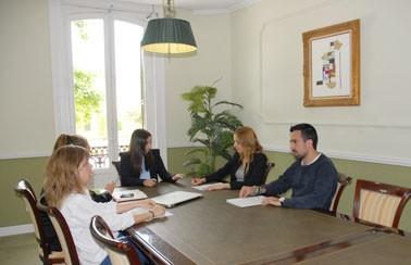 Aparecen 5 personas en una reunión