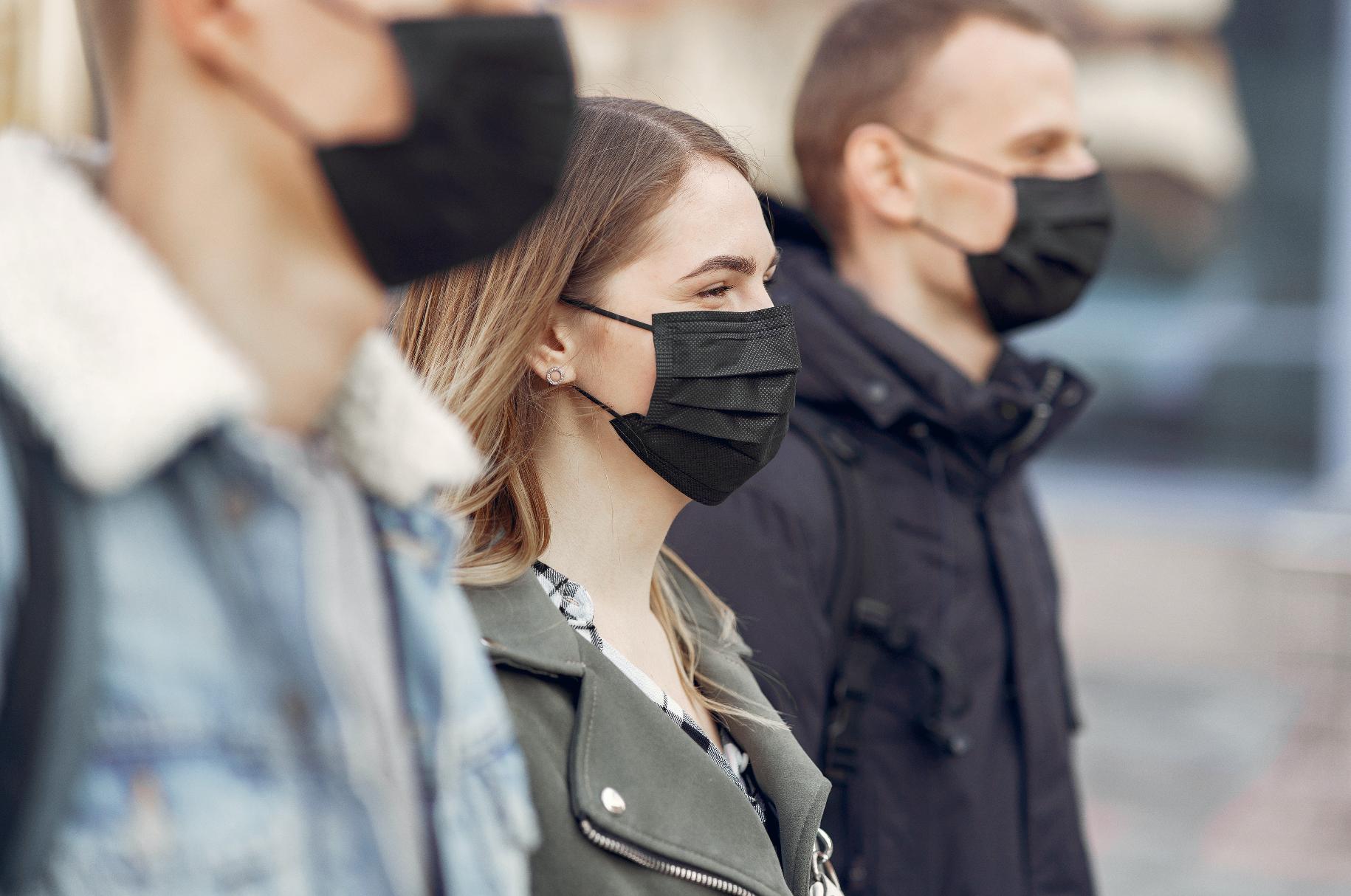 Aparece un grupo de personas con mascarilla