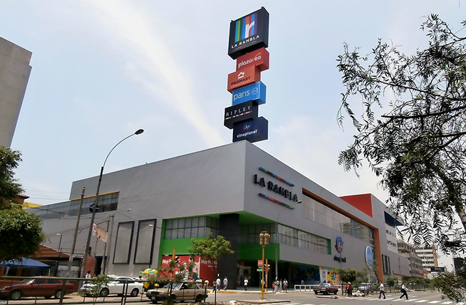 Fachada del Centro Comercial La Rambla Brasil, en Perú