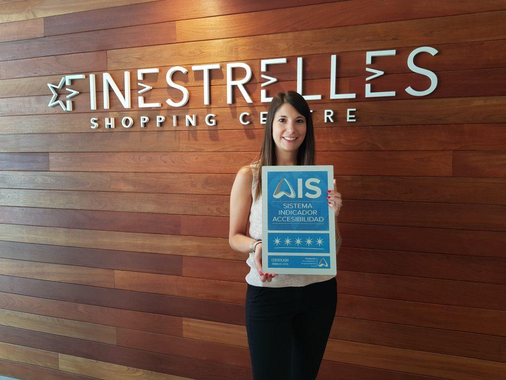 Carla Balart, Gerente CC Finestrelles, con la placa 5 Estrellas AIS