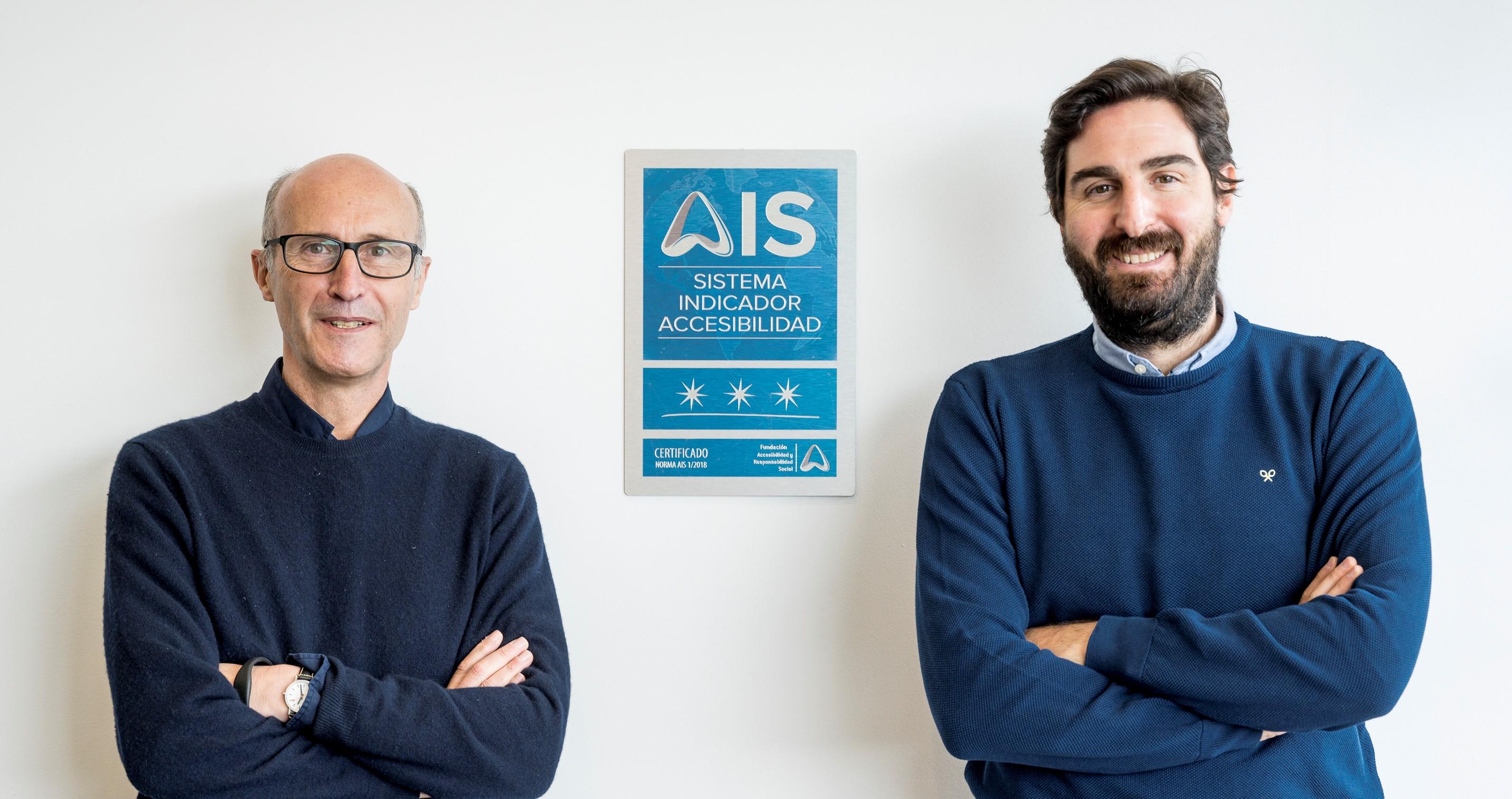 Dos miembros de la gerencia de Moraleja Green posan con la placa AIS