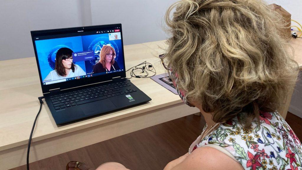 La formadora del Programa de Técnico Homologado AIS mira la pantalla del ordonador durante la sesión online